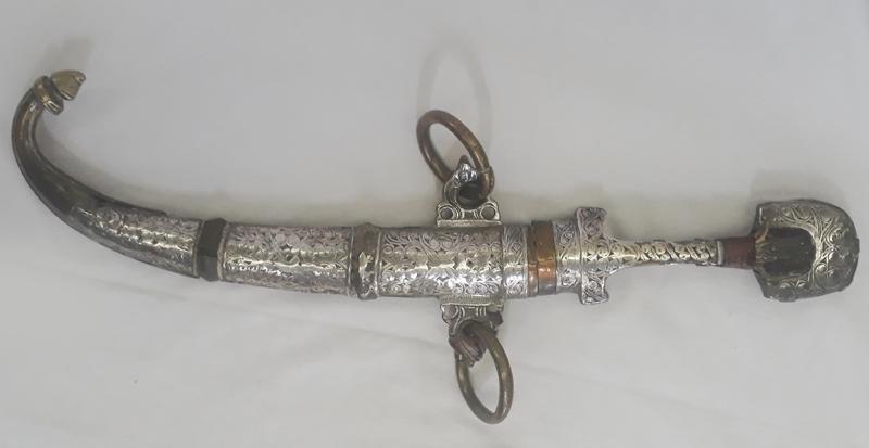 DI 91 – Adaga ou faca marroquina com bainha em prata e latão com lâmina longa e curva