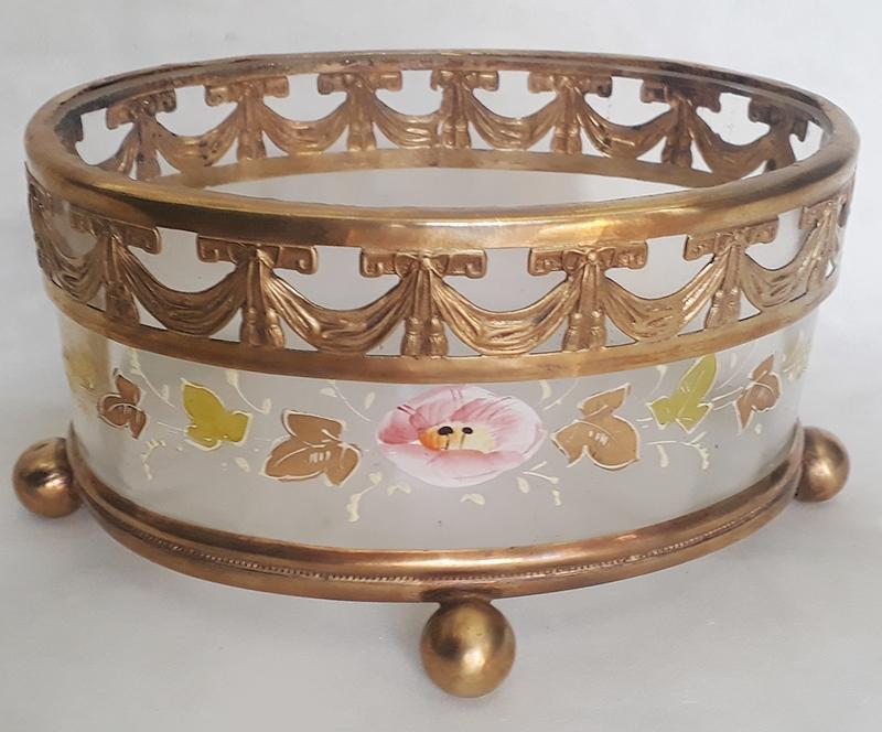 CR 43 – Centro de mesa antigo oval em vidro com flores em esmalte e dourados e borda em bronze decorado