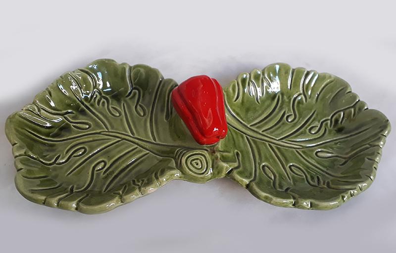LO 112 – Petisqueira em porcelana decorada com folhas verdes de alface e pimentão vermelho