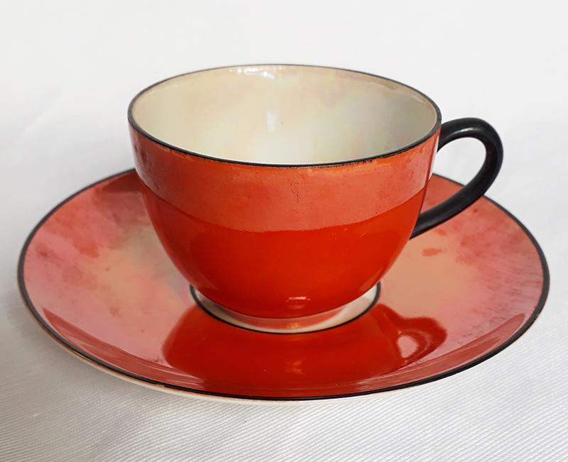 LO 84 – Xícara de cafezinho antiga em porcelana laranja com brilho perolado e borda e alça pretas