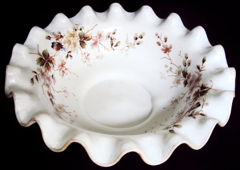 CR 10 – Bacia antiga e grande em vidro de opalina branca com flores e pássaros