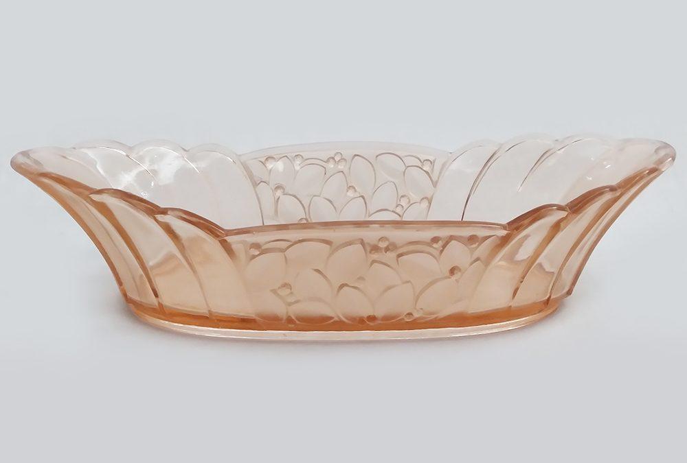 CR 104 – Centro de mesa ou navete oval antiga Art Decó em vidro rosado com folhas em relevo