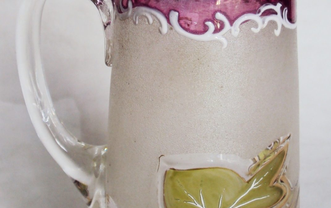 CR 122 – Jarra com tampa antiga de vidro da Boêmia decorada com folhas e arabescos