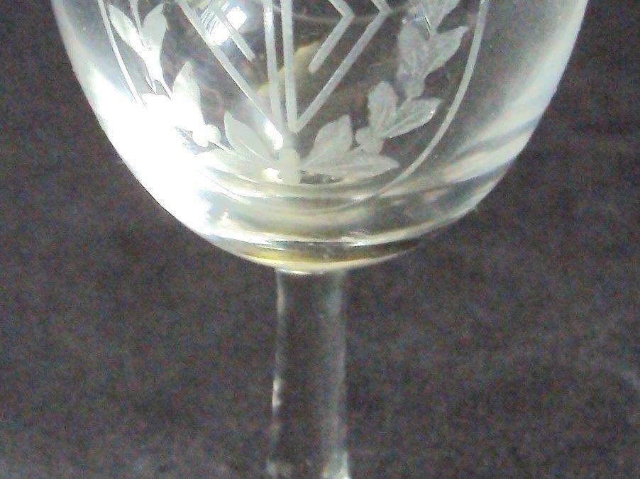 CR 148 – Taça de vinho em cristal Art Nouveau lapidado com folhas em ácido