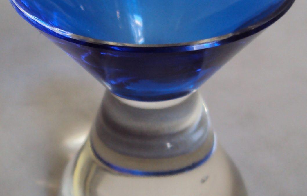 CR 188 – Copo antigo de licor em vidro azul estilo Art Decó afunilado com base cônica