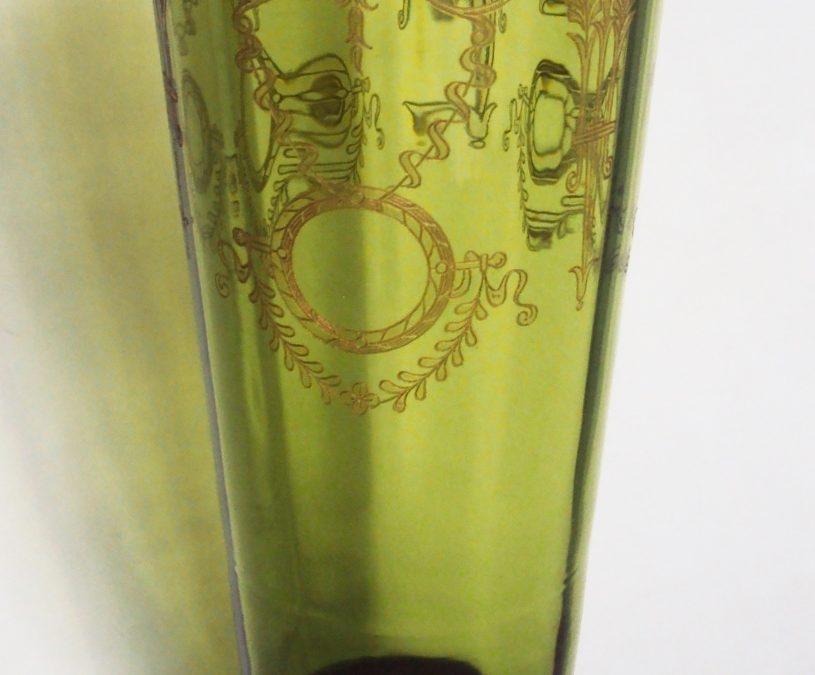 CR 205 – Vaso antigo em cristal verde canelado com desenhos clássicos gravados em dourado