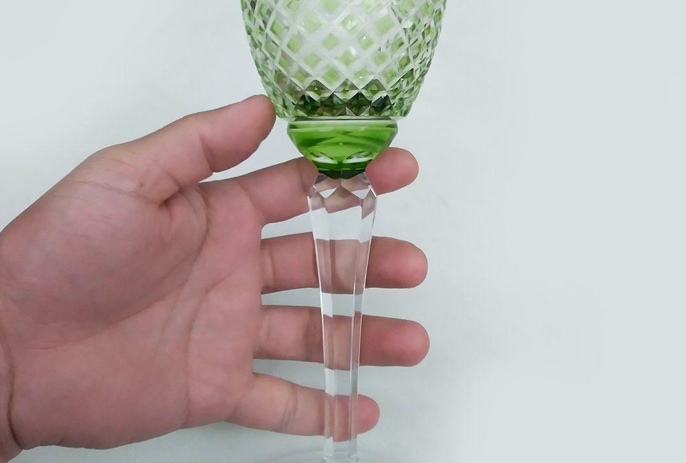 CR 21 – Taça ou cálice grande e alto em cristal verde antigo lapidado à mão com losangos