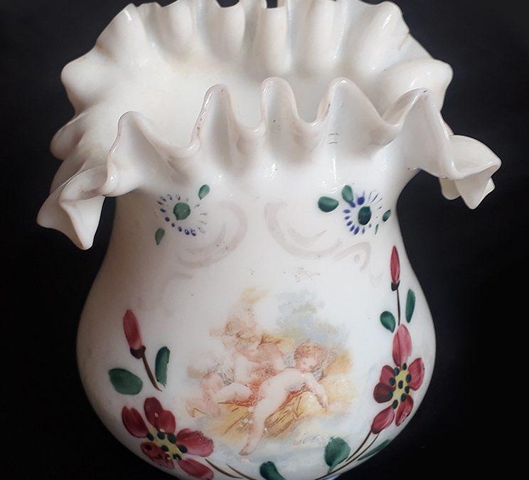 CR 259 – Vaso antigo em vidro de opalina com borda ondulada e flores pintadas à mão