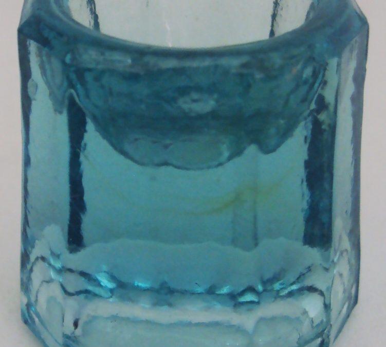 CR 270 – Almofariz Antigo De Dentista Pequeno De Vidro Azul Claro
