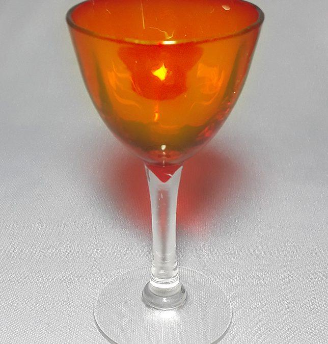 CR 300 – Taça pequena de licor em vidro laranja avermelhado canelado com haste transparente