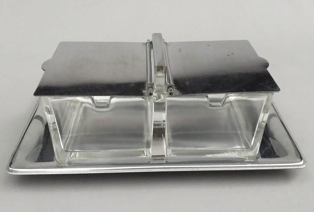 CR 47 – Saleiro ou porta condimentos em metal alemão WMF com recipiente em vidro