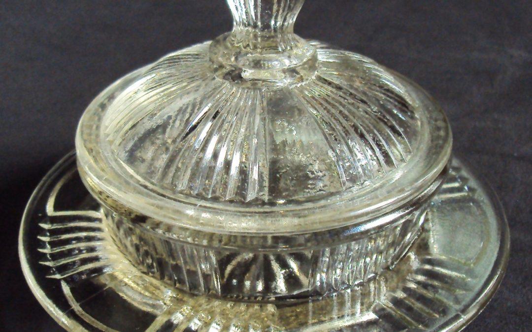 CR 48 – Manteigueira antiga de vidro prensado com desenhos de linhas em relevo