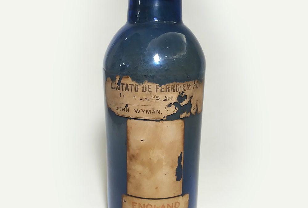 CR 59 – Frasco de farmácia antigo inglês em vidro azul com lacre de John Wyman