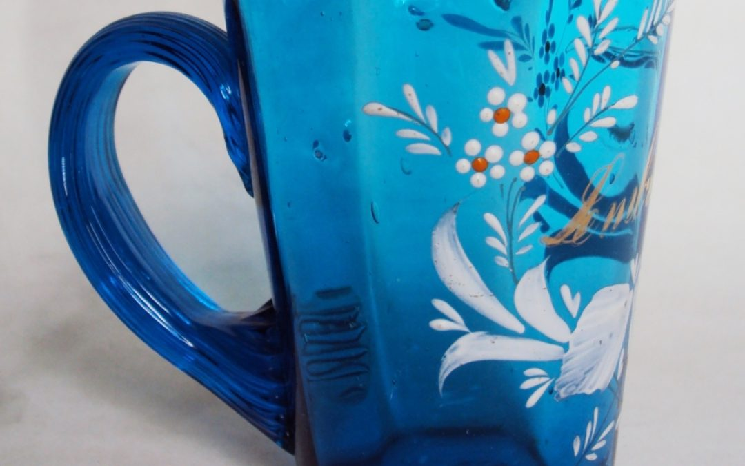 CR 70 – Caneca antiga de vidro veneziano azul com flores em esmalte branco Lembrança