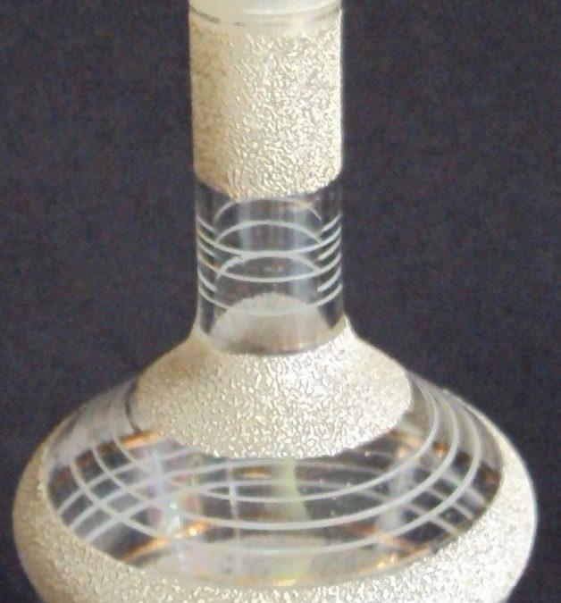 CR 75 – Garrafa de licor antiga em vidro com relevo e linhas brancas e douradas