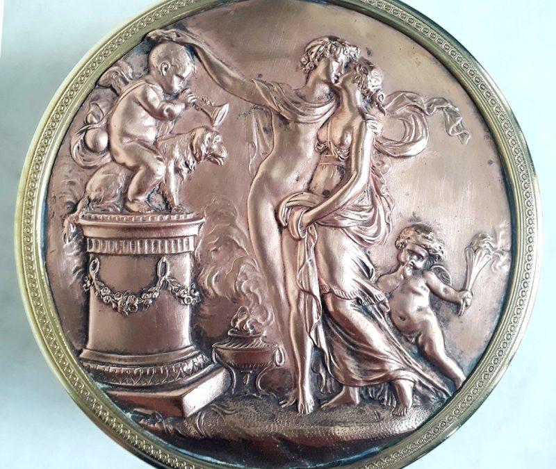 DI 02 – Caixa ou porta joias antiga em metal dourado com cena grega clássica em relevo