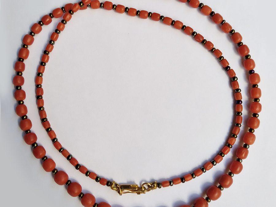 DI 100 – Colar antigo contas de coral natural laranja avermelhado e contas de vidro furta cor com fecho de ouro