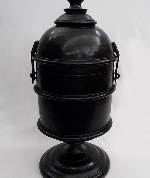 DI 102 – Urna antiga de votação em madeira torneada nobre ebanizada com fechos de metal