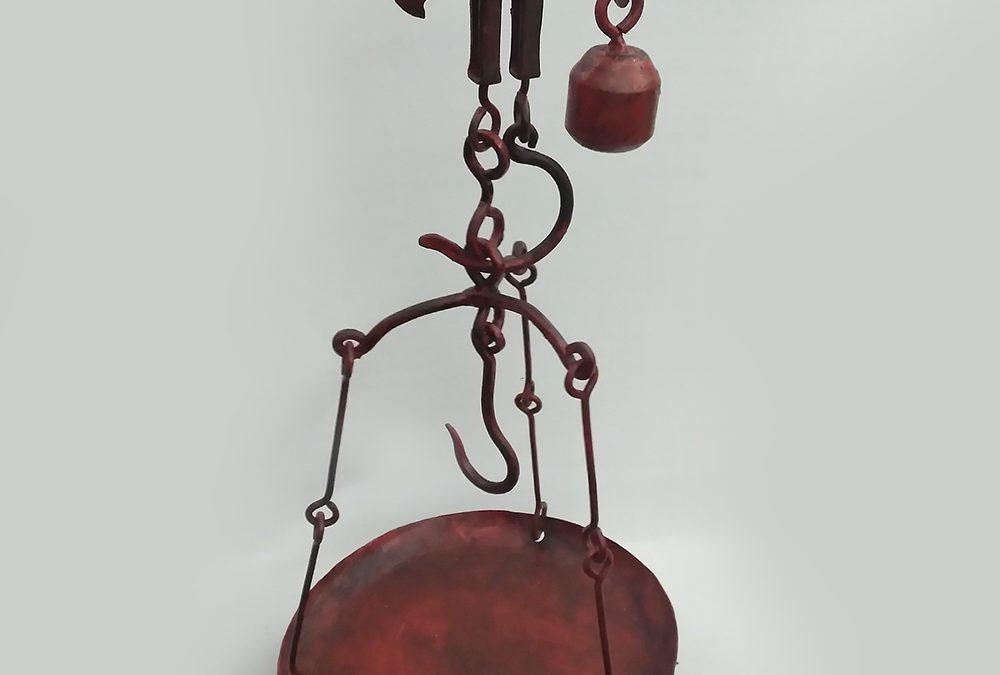 DI 110 – Balança antiga de pendurar com prato em ferro com pintura vermelha para até 20 kg