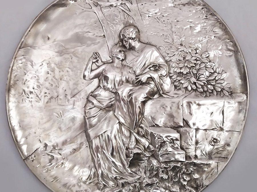 DI 17 – Placa de parede antiga em metal com banho de prata com casal romântico em relevo