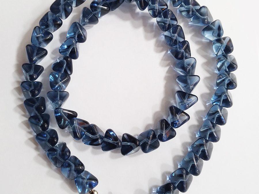 DI 21 – Colar antigo contas de vidro azul triangular com fecho prateado