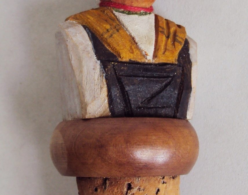 DI 227 – Tampa com rolha de garrafa mulher com chapéu esculpida e pintada em madeira