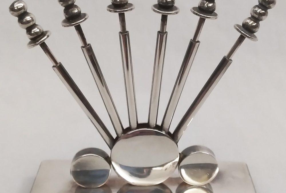 DI 25 – Petisqueira ou porta 6 espetos de petisco antigo Eberle em metal com banho de prata