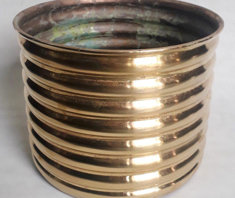 DI 360 – Cachepot antigo em latão dourado com detalhe ondulado