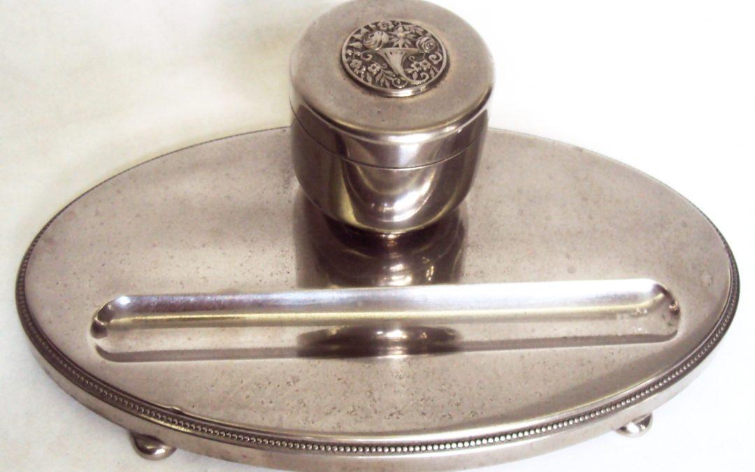 DI 413 – Tinteiro antigo alemão WMF estilo Art Decó oval com cornucópia de flores e porta caneta