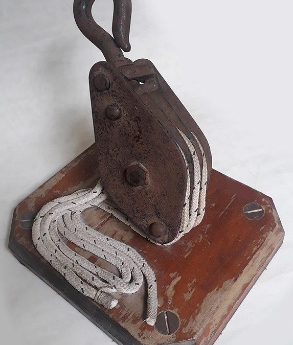 DI 47 – Moitão ou polia náutica antiga em ferro com base em madeira