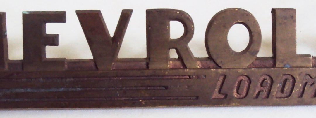 DI 51 – Emblema antigo de caminhonete Chevrolet Loadmaster Advance Design em bronze