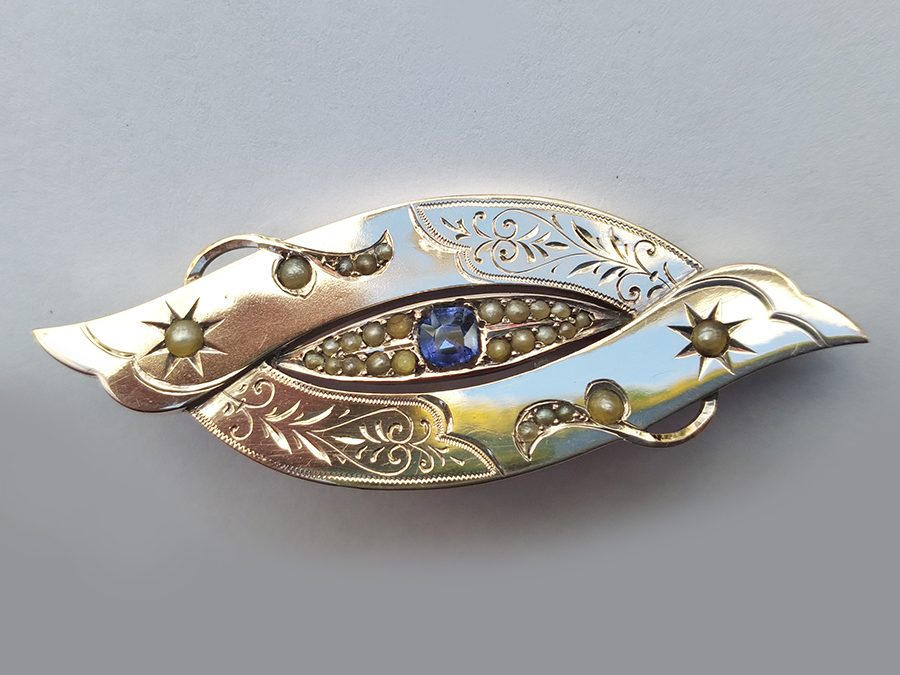 DI 73 – Broche antigo em ouro baixo 12k oval com pérolas, pedra azul lapidada e desenhos gravados
