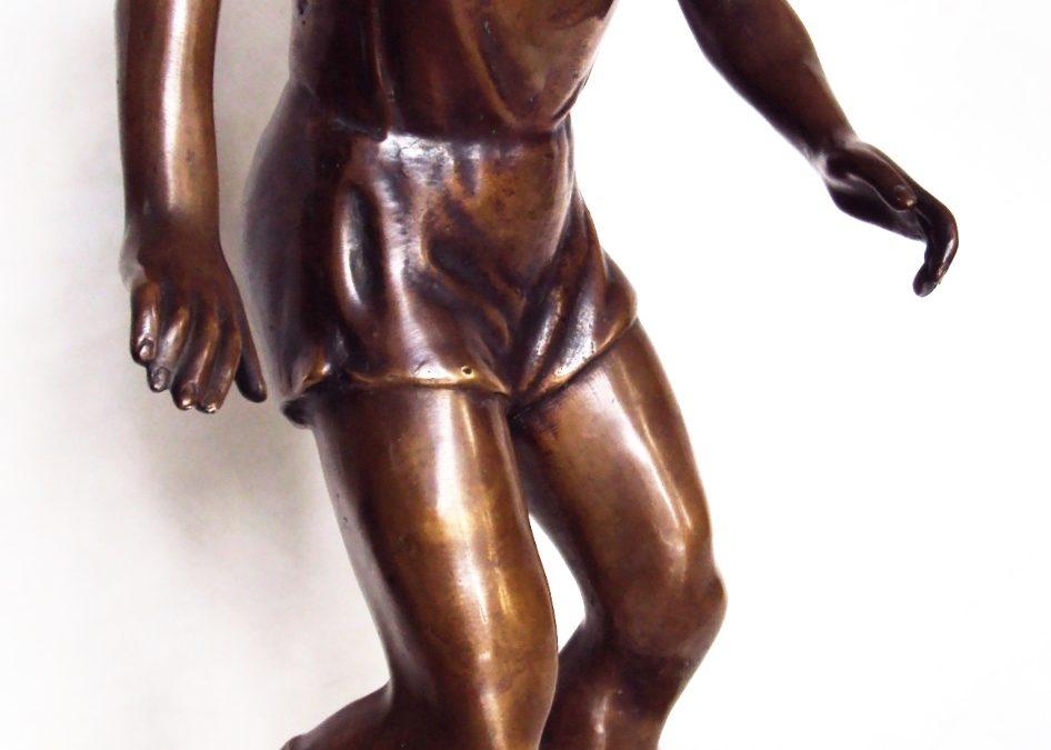 ES 43 – Escultura antiga jogador de futebol com bola anos 60 em bronze com base em mármore