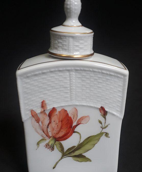 LO 02 – Frasco de perfume ou garrafa antiga em porcelana alemã Ludwigsburg com desenho de flores e dourados