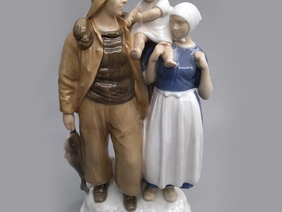 LO 12 – Escultura antiga em porcelana dinamarquesa Bing & Grøndahl com família de pescadores assinada por Axel Locher