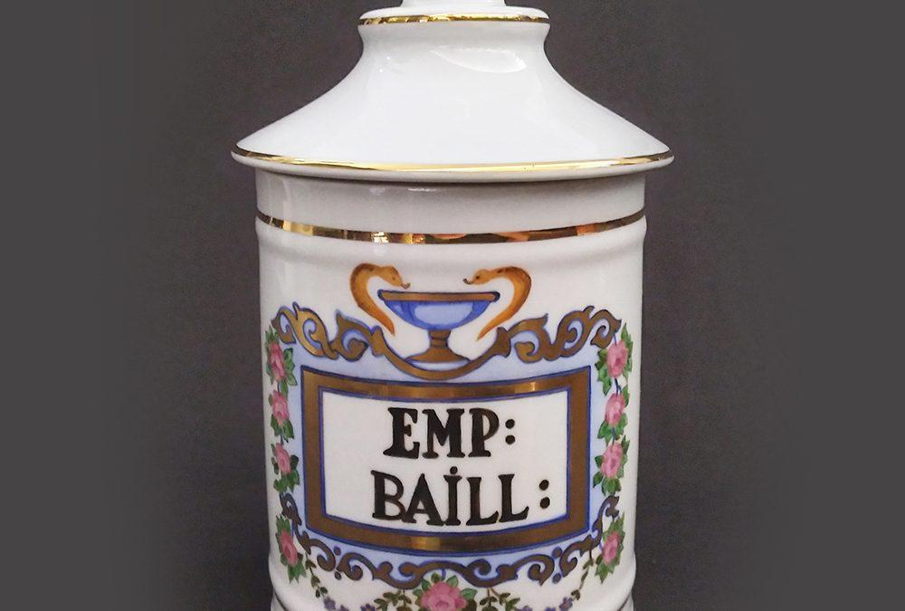 LO 124 – Pote ou boião antigo de farmácia EMP BAILL em porcelana pintada à mão com flores e dourados