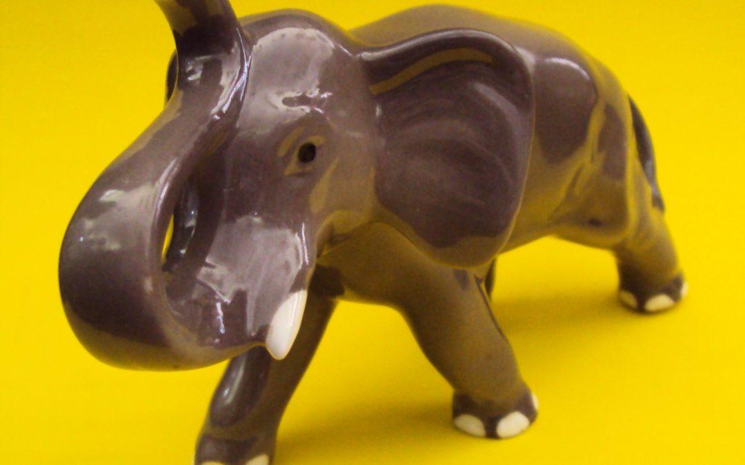 LO 137 – Bibelô antigo De Elefante Em Porcelana Na Cor Cinza
