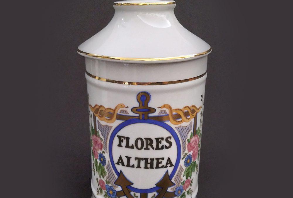 LO 145 – Pote ou boião antigo de farmácia FLORES ALTHEA em porcelana pintada à mão com flores, âncora e dourados