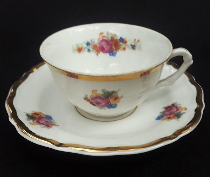 LO 152 – Xícara de cafezinho antiga em porcelana polonesa  Walbrzych com flores e borda dourada