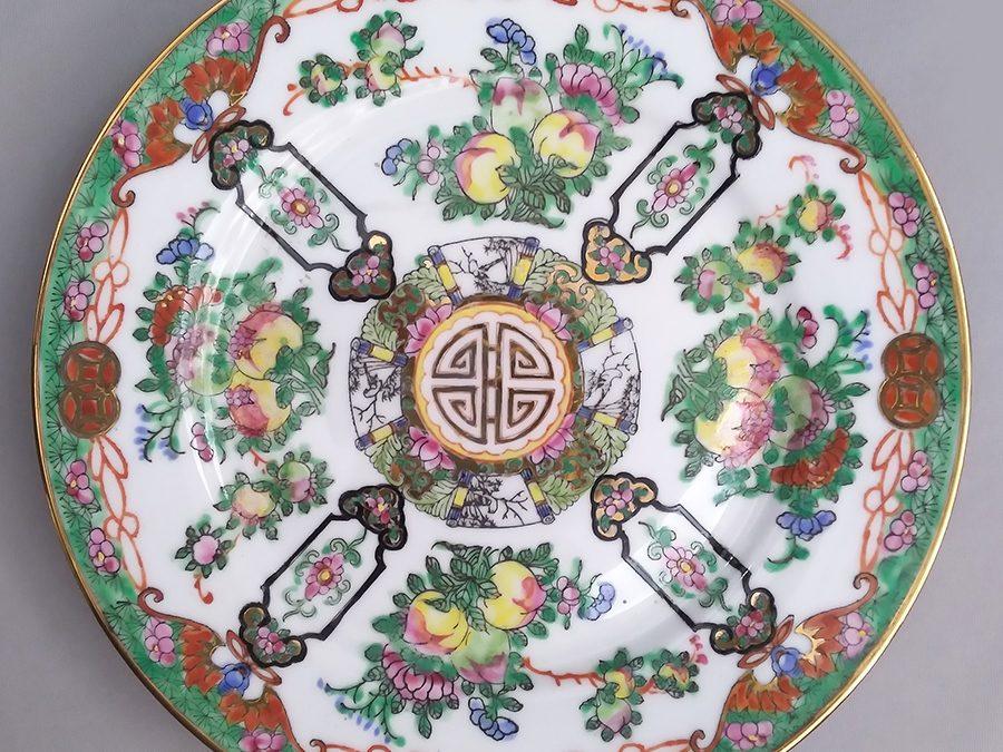 LO 155 – Prato decorativo oriental verde em porcelana pintada à mão com flores e frutos