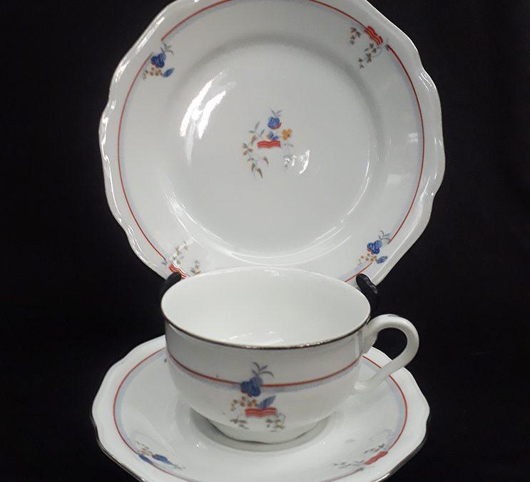 LO 170 – Trio: xícara de chá com prato de pão antiga em porcelana alemã da Bavária com linhas vermelhas e folhas