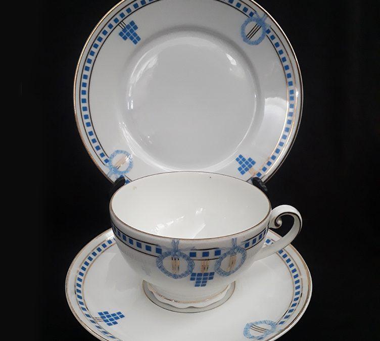 LO 171 – Trio: xícara de chá antiga com prato de pão em porcelana alemã Schonwald Art Decó azul e dourada