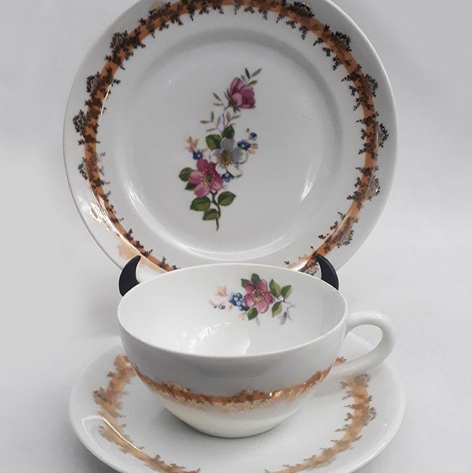 LO 185 – Trio: xícara de chá antiga com prato de pão Schmidt com flores e dourados