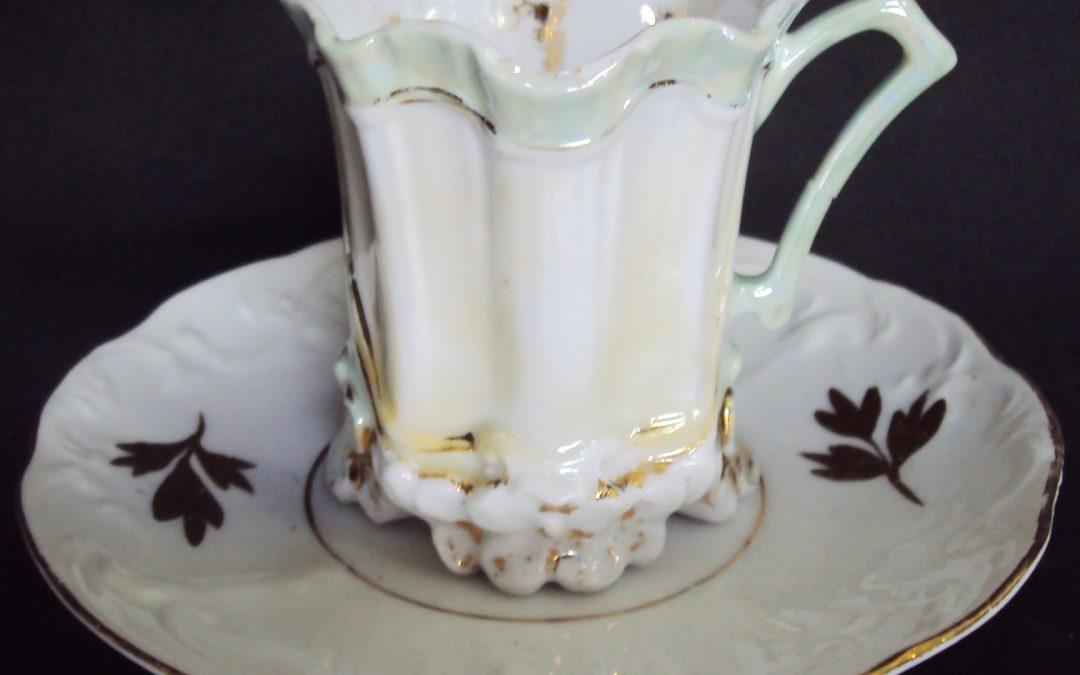 LO 187 – Xícara de chá ou café isabelina verde ondulada com grandes relevos de flores