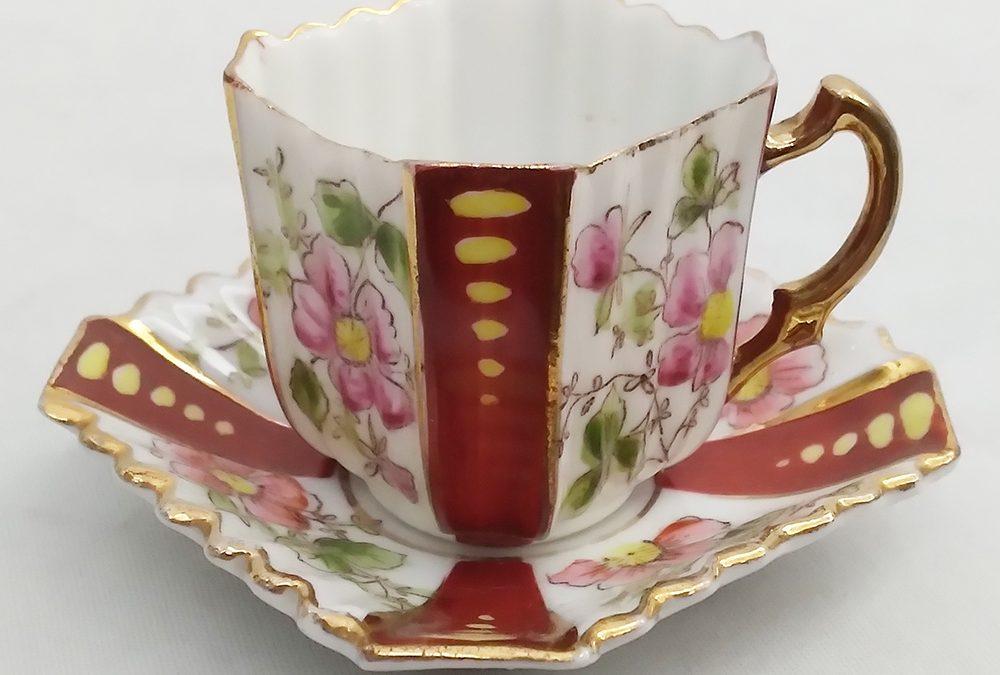 LO 189 – Xícara de cafezinho antiga em porcelana quadrada decorada com flores e faixas bordô
