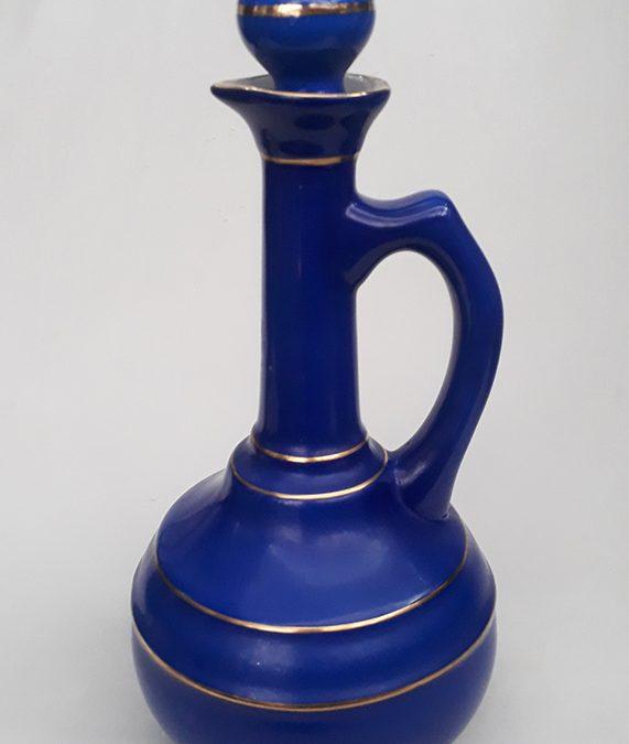 LO 192 – Garrafa antiga de licor em porcelana portuguesa Aveiro Neto Costa azul cobalto com linhas douradas