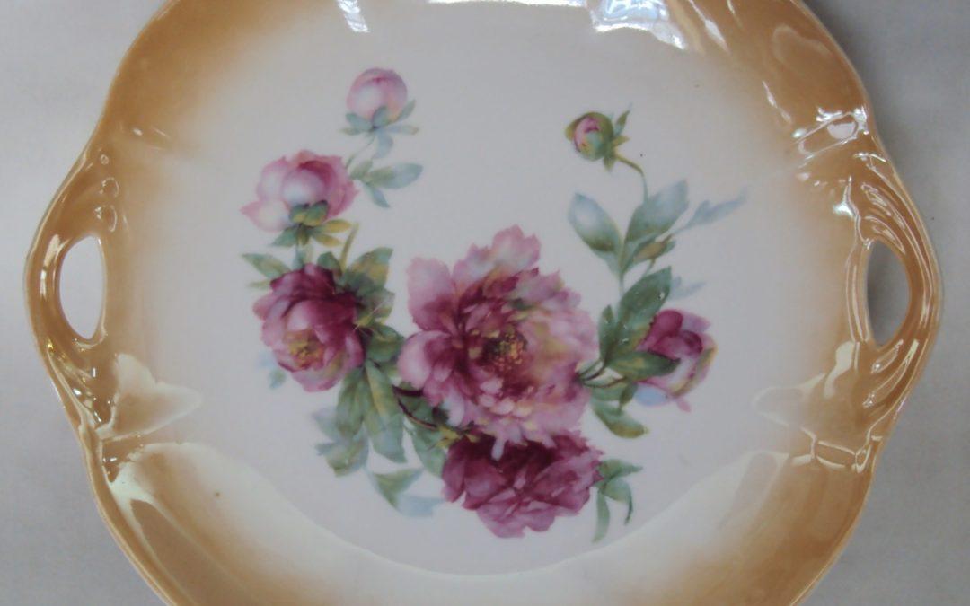 LO 195 – Prato para bolo antigo em porcelana laranja decorada com flores e duas alças