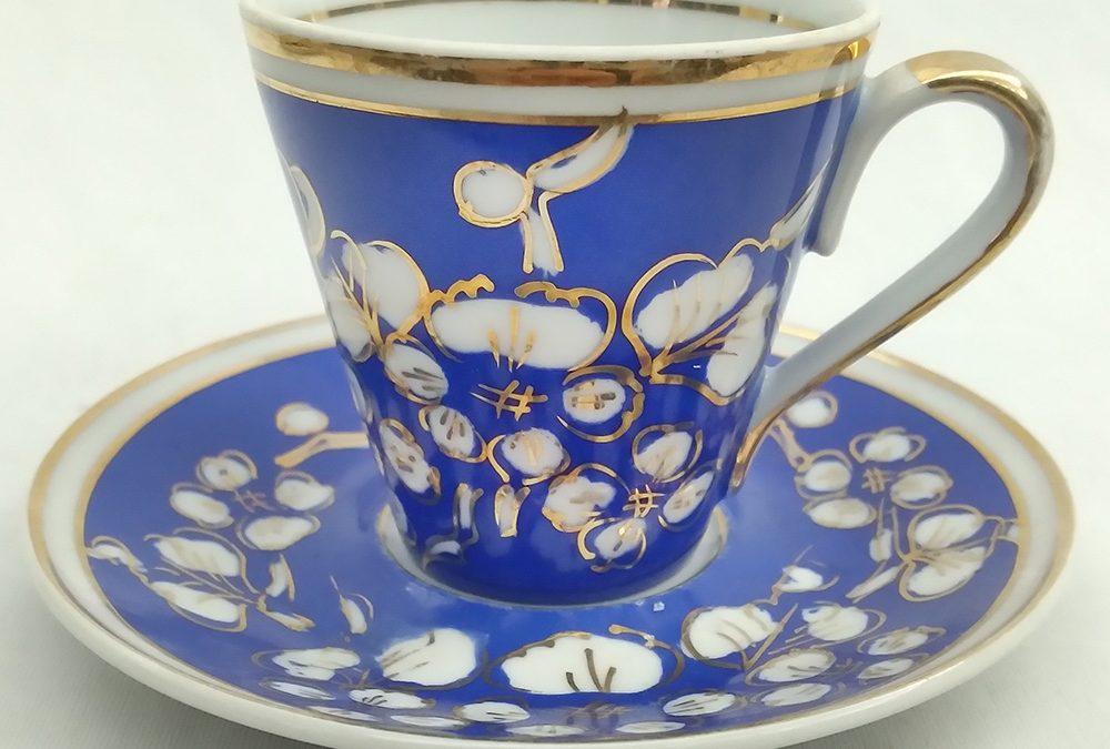 LO 198 – Xícara de cafezinho antiga em porcelana Real azul pintada à mão com flores douradas