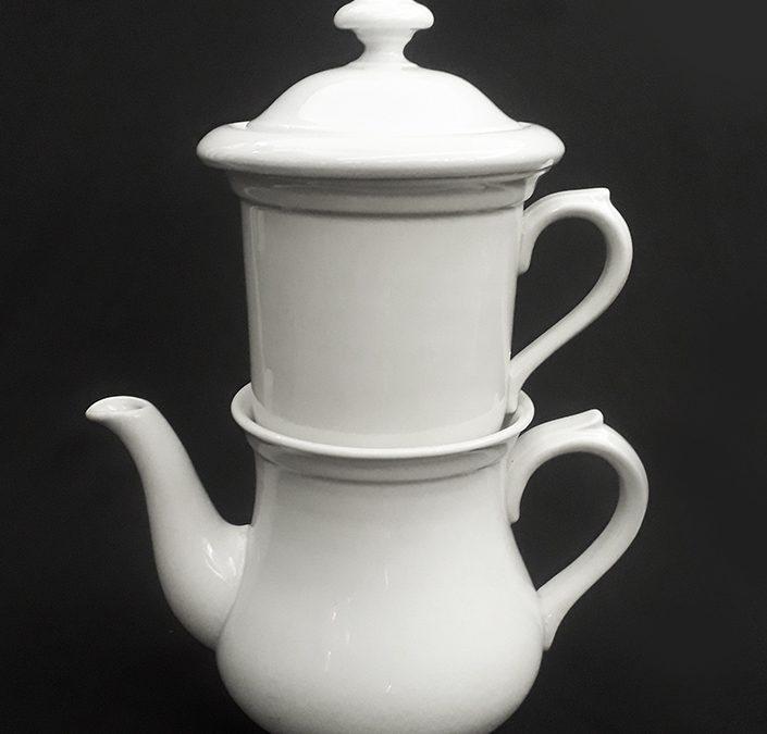 LO 203 – Bule antigo com infusor para chá em porcelana alemã Hutschenreuther – raro