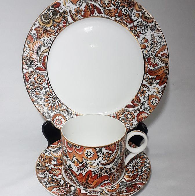 LO 213 – Trio: xícara de chá antiga com prato de pão Porcelanarte com flores alaranjadas